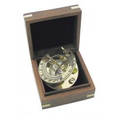 Zonnewijzer en kompas in kistje