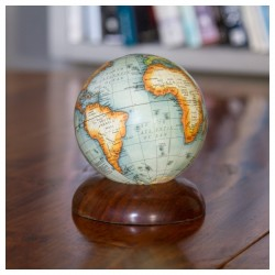 Globe sur piédestal en bois